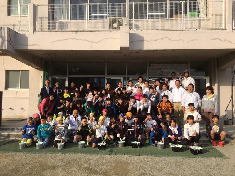 平成28年11月 三重県伊勢市の小学校にて、子どもたちと一緒にボランティアで廊下の壁の塗装を行いました!