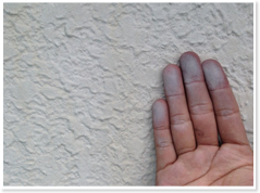 チョーキング 確認したい面を手でこすり、 白いチョークの物が付着していたら、塗膜が劣化している証拠です。 塗膜が劣化してしまうと、防水性もなくなってくるので、外壁材を痛めてしまう原因となります。
