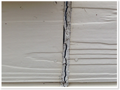 コーキング部分に亀裂・ひび 特に外壁サイディングつなぎ目部分、窓廻りなどです。 この部分に亀裂があると、内部に雨水が侵入し、外壁材・躯体などを痛めてしまいます。