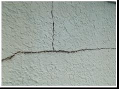 外壁に亀裂・ひび割れ コーキング部分と同じく亀裂やひび割れを放置しますと、内部に雨水が侵入し外壁・躯体を痛めてしまいます。