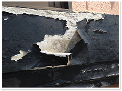 剥がれ 塗膜の剥がれや膨れは、素地の中に水が回っている事から起こる症状です。 塗料の選択ミスや、素地と塗料の相性が悪い場合にも起こります。