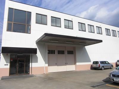外壁にエスケー化研の水性セラミシリコン、折版屋根にエスケー化研の二液型塗料ヤネフレッシュSiを使...