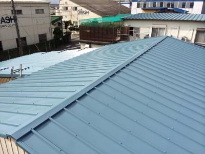 こちらのT社様倉庫は屋根のみの塗り替えでしたので、費用を抑える為足場を無しにし、廻りが会社様の駐...