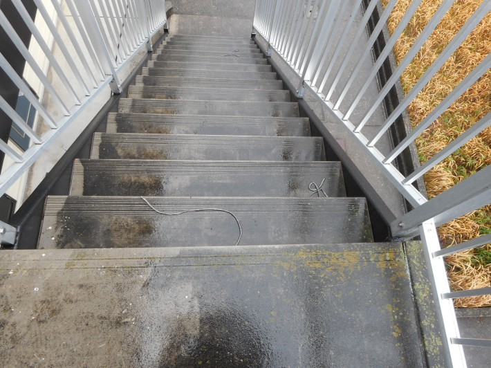 階段床高圧洗浄前