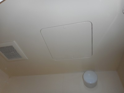 マンションオーナーT様は、前回の借主の方が換気扇を回していなかった為、天井に大量のカビが発生し...