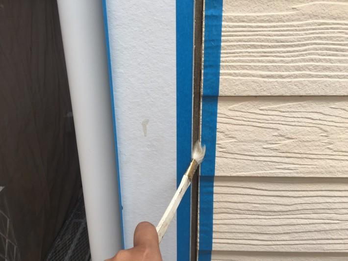 シーリングプライマー シーリングの密着性を良くする為の作業です。 この作業を怠ると、サイディングとシーリングの間にすぐに隙間が空いてしまいます。