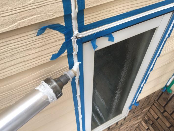シーリング充填 窓廻り部分は劣化少なく動きも少ないため為、既存シーリングの上からの打ち増しです。