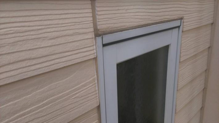 施工前 窓廻り部分は劣化少なく動きも少ないため為、既存シーリングの上からの打ち増しです。