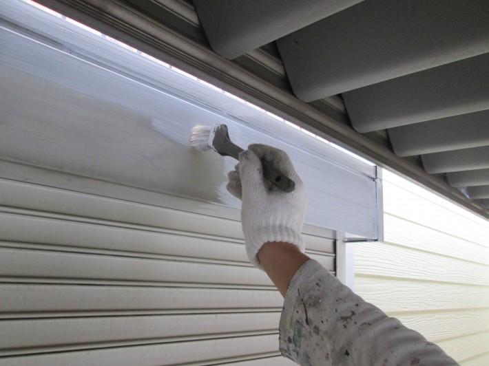塩ビ鋼板のため密着性を高める専用プライマー(ビニタイトプライマー)を施工しました。