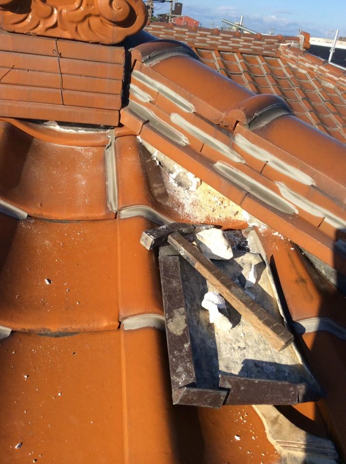 撤去中 古い漆喰を取り除きます。