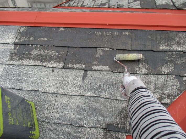 下塗り1回目 上塗り材の補強や平滑な下地を作り、塗膜の厚みを確保します。