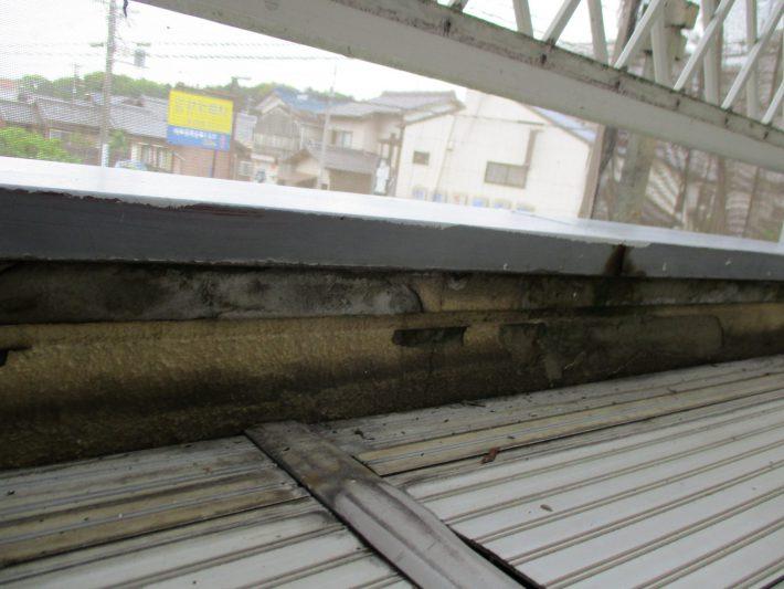 板金施工前 水はけが悪い為、サイディング一部に、腐食・亀裂が発生していました。 床を捲り上から板金を貼ります。