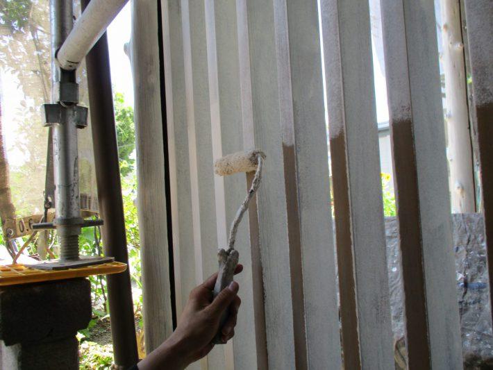 下塗り 密着性を良くするためと塗料の吸い込み止め作業です。
