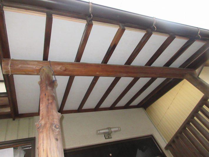 ケイカル板貼り施工後 軒天が剥がれてきて、塗装できる状態ではない為、新たにケイカル板を貼りました。