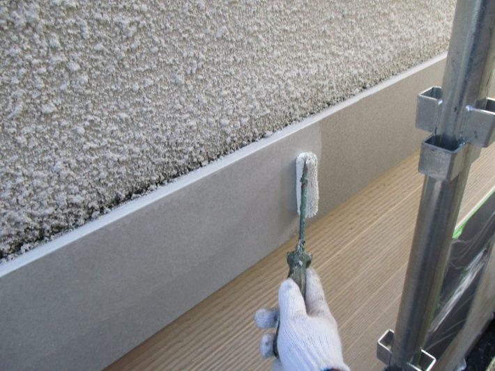 下塗り 塩ビ鋼板の為専用下塗り材を塗装します。 塩ビ鋼板に含まれる可塑剤の塗膜表面への移行を抑制するため、密着性を良くする効果があります。