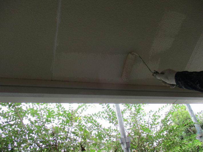 下塗り 上塗り材の補強や平滑な下地を作り、塗膜の厚みを確保します。