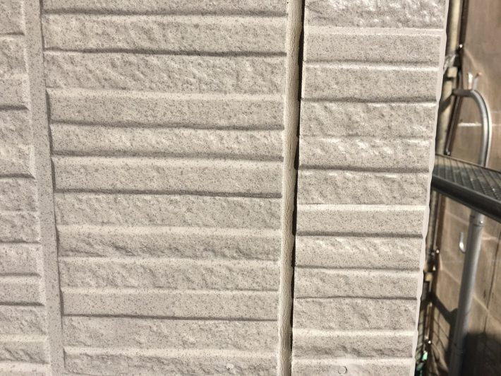 シーリング施工前 外壁目地部分は、亀裂・断裂した既存シーリングを撤去し打ち替えです。