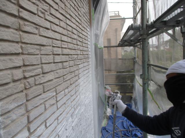 下塗り 細いひび割れ(ヘアークラック)などを埋め、密着性を良くするための作業です。簡単に説明するとボンドのような役割です。