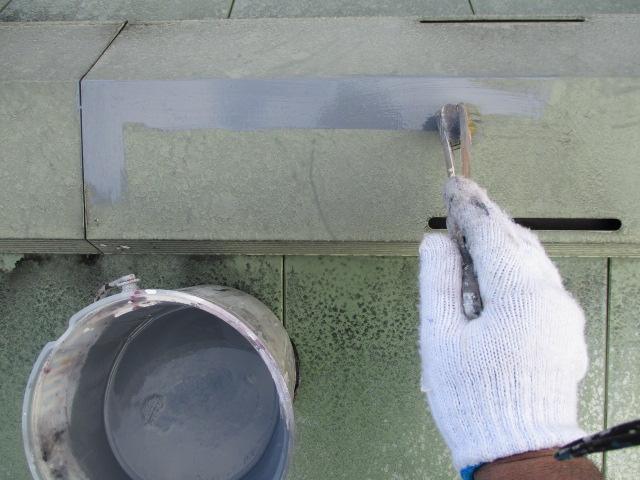 下塗り 塩ビ鋼板(鋼板・亜鉛メッキ鋼に塩化ビニル樹脂を被覆したもの)の為、通常の錆止めでは硬化不良や塗膜剥離など問題が生じる為、ビニタイトプライマー施工です。