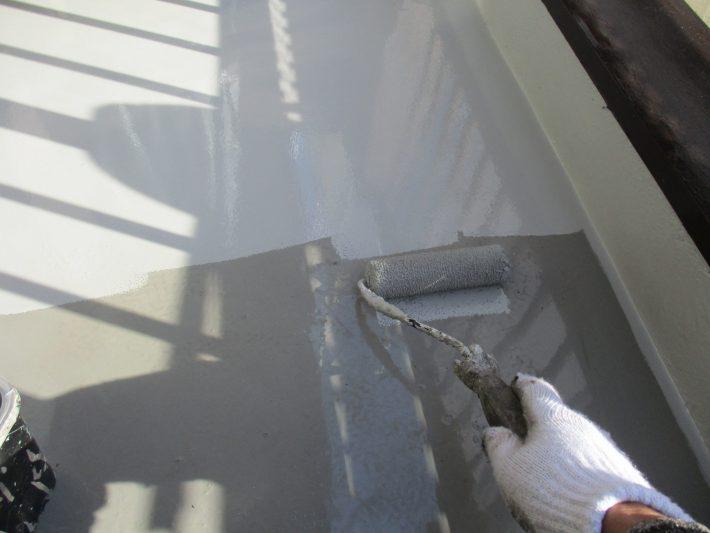 上塗り ウレタン塗膜防水材は、紫外線に弱い為、ウレタン塗膜防水材の上からトップコート(保護材)を塗布します。