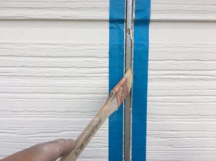 シーリングの密着性を良くする為の作業です。 この作業を怠ると、サイディングとシーリングの間にすぐに隙間が空いてしまいます。