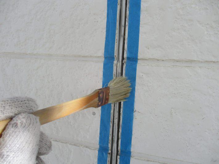 プライマーシーリングの密着性を良くする為の作業です。 この作業を怠ると、サイディングとシーリングの間にすぐに隙間が空いてしまいます。