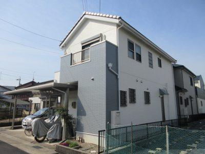 春日井市稲口町K様邸の外壁塗装・屋根カバー工法のご紹介です。 築13年で雨樋やベランダ床のペンキが...