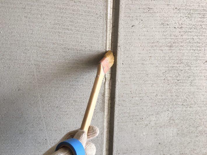 プライマー シーリングの密着性を良くする為の作業です。 この作業を怠ると捲れの原因となります。