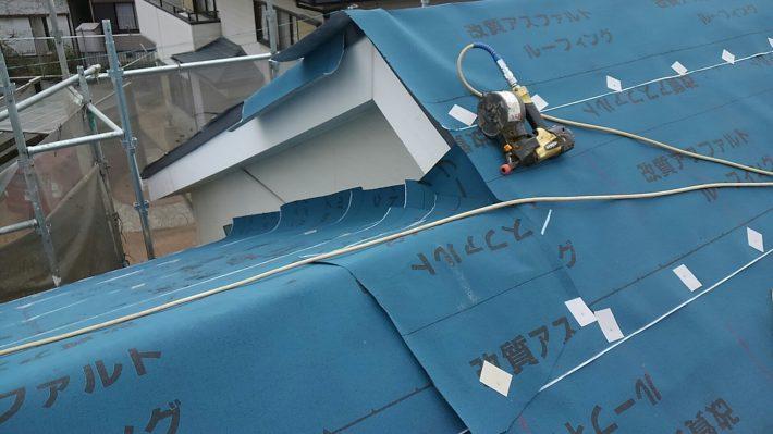 ゴムアスルーフィング貼り 屋根の水下側から貼り始め、水上側に向かって、上下の重ねは100ミリ以上、左右の重ねはは200ミリ以上とすることが基本です。
