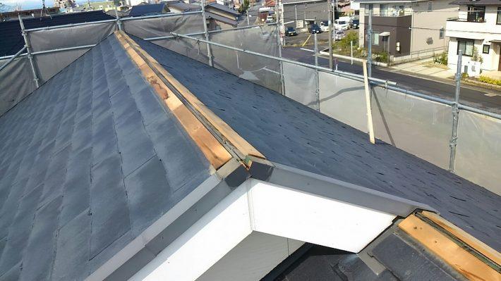 貫板取付け  新しい貫板を設置していきます。貫板は棟板金を固定する土台となる部分です。屋根の面に合わせて、ガッチリと取り付けてます。