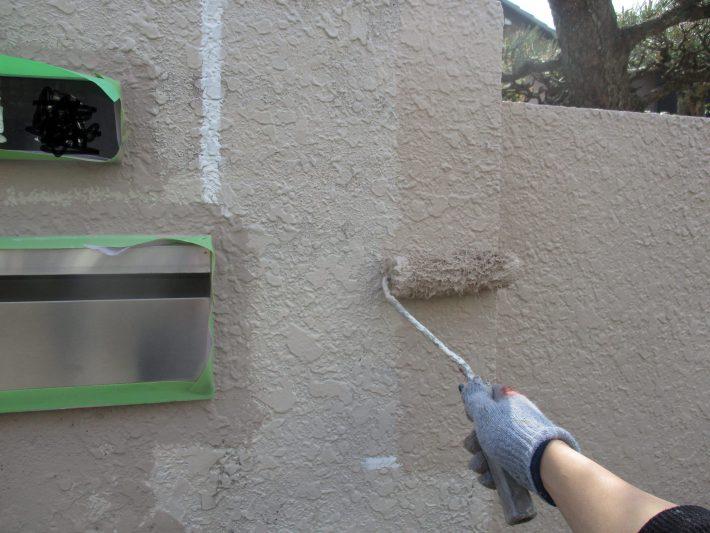 中塗り 上塗り材の補強や平滑な下地を作り、塗膜の厚みを確保します。