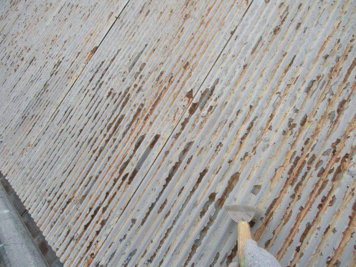 ケレン 浮いている既存塗膜を剥がせるだけ剥がします。 汚れや錆を落としたり、表面に凹凸をつけることによって、接触面積を大きくし密着性を良くします。