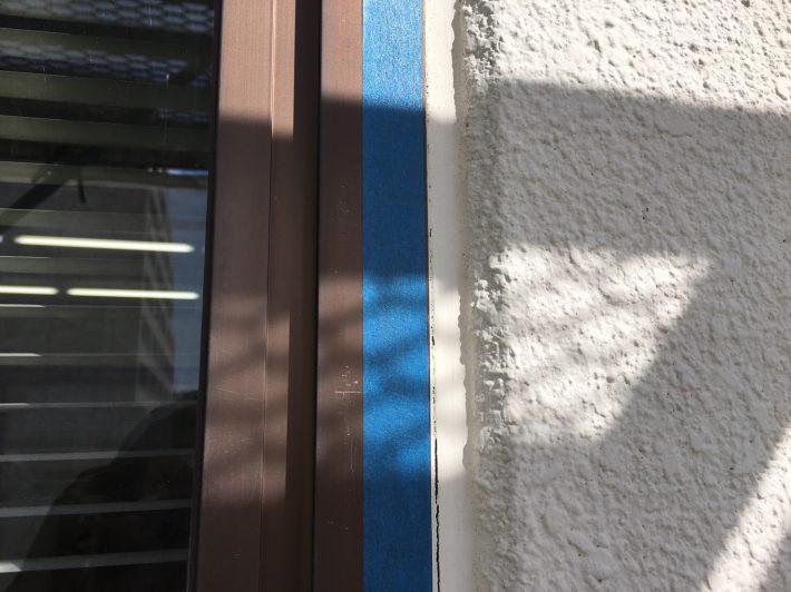 シーリング施工前 窓廻り部分も劣化少なく動きも少ないため為、既存シーリングの上からの打ち増しです。