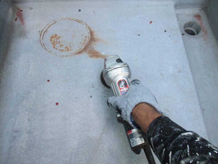 ケレン 汚れを落としたり、表面に凹凸をつけることによって、接触面積を大きくし密着性を良くします。