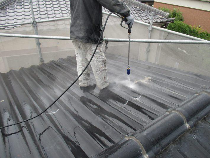 高圧洗浄 ホコリ・苔・カビ等、長年の汚れを120~150kgf・/㎡の高圧洗浄機で洗い流します。