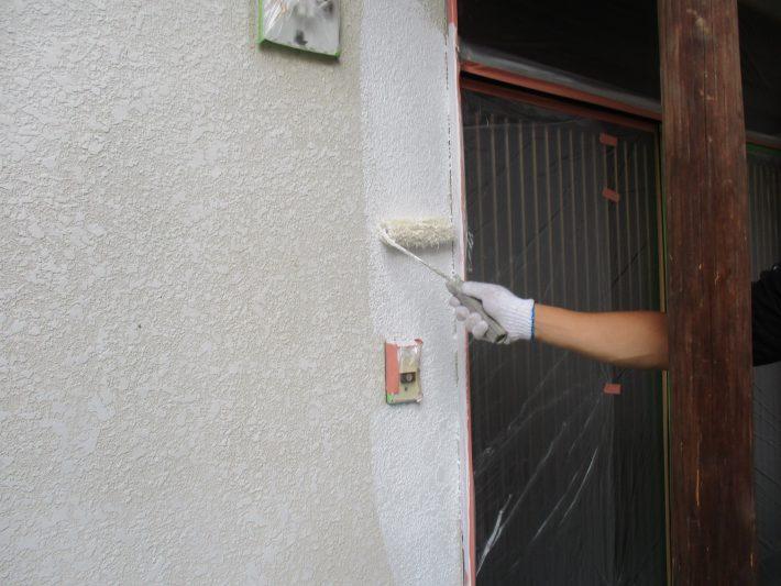 下塗り 細かい亀裂を埋め、密着性を良くするための作業です。簡単に説明するとボンドのような役割です