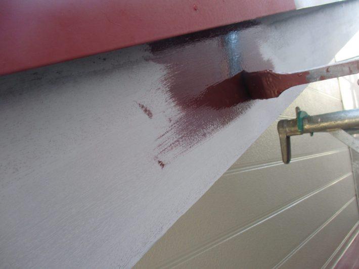 下塗り 上塗りの吸い込みを止めるため、木部専用下塗り材を塗ります。
