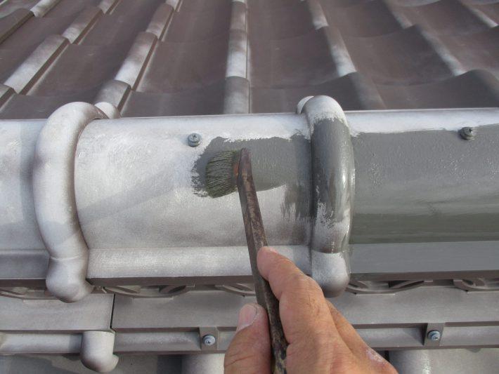 下地処理 ガラス繊維が見えてしまっている、劣化部分を先に補強で廻ります。
