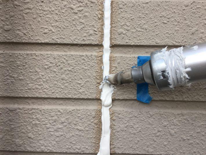 シーリング充填 空気が入らない様に慎重にたっぷりと打ち込みます。 空気が入るとあとから膨張してシーリングが破裂します。