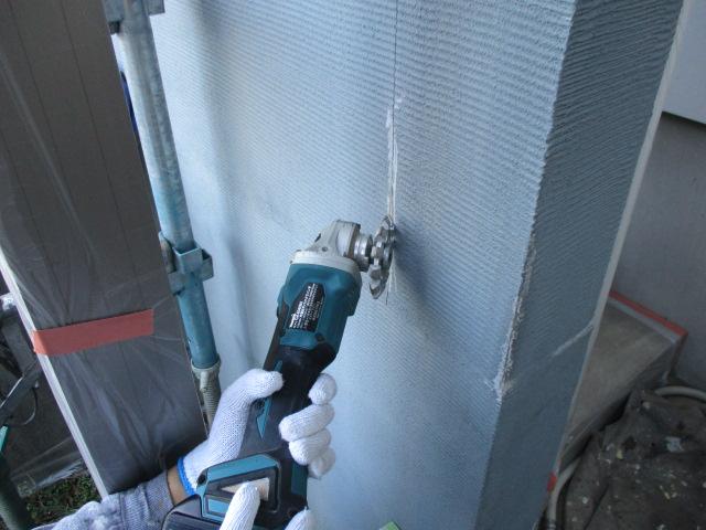 Uカット シーリング材を表面だけでなく、亀裂の奥まで打ち込むための作業です。