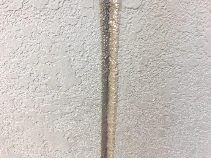 シーリング施工前 劣化少なく厚みも確保出来るため、既存シーリングの上からの打ち増しです。