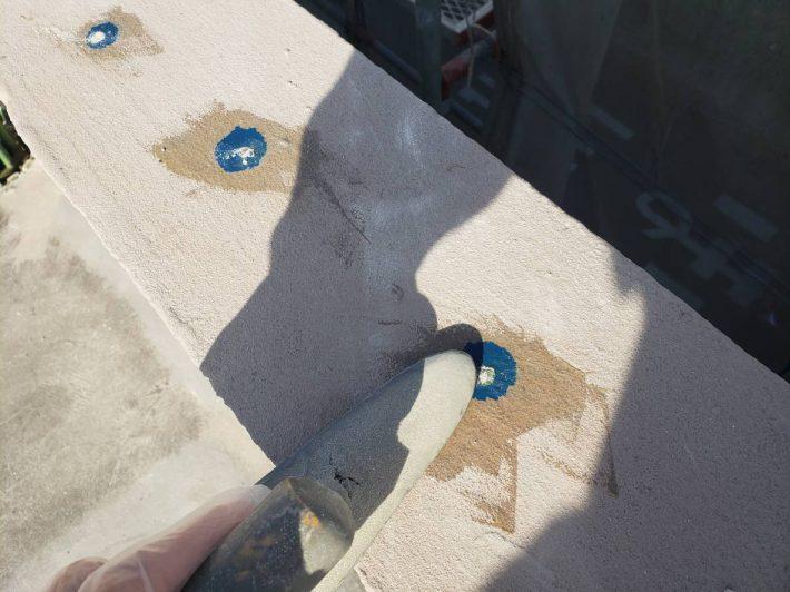 仕上げ 目立たぬ色のパテ状エポキシ樹脂等で仕上げます。