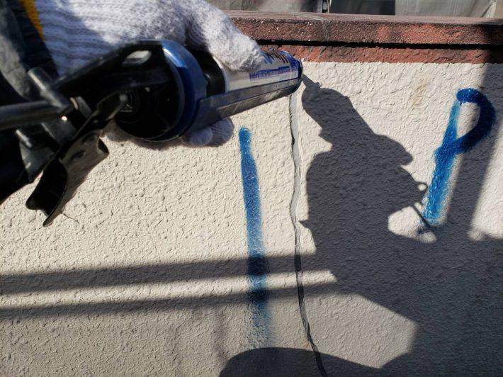 シーリング充填 補修後に万が一表面に亀裂が入った場合でもシーリング材は動きに対して追従する為雨水の侵入を防ぎます。