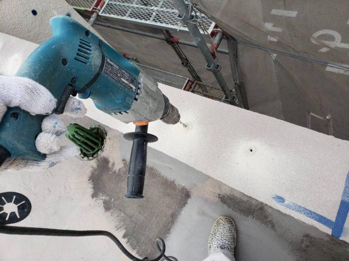 穿孔 コンクリート用ドリルを用い、使用するアンカーピンの直径より約1~ 2mm 大きい直径とし、壁面に対し直角に穿孔します。