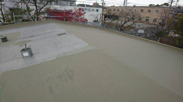 下地処理材塗布 樹脂モルタルを塗布して下地を平滑にします。