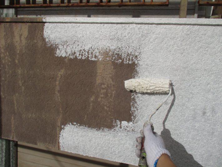 下塗り 細かい亀裂を埋め、密着性を良くするための作業です。簡単に説明するとボンドのような役割です。