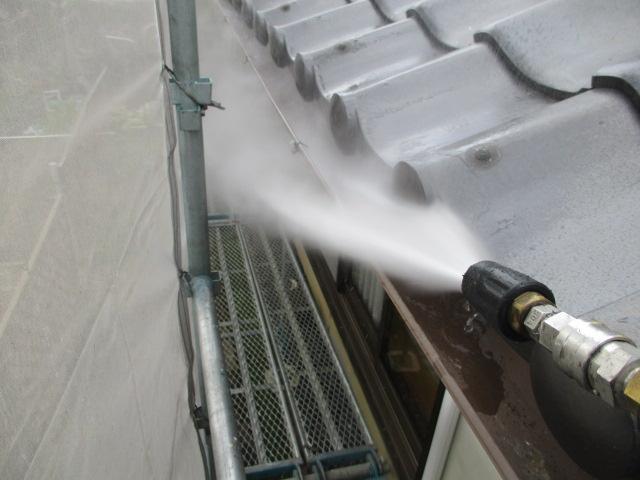 長年の汚れを洗い流し、詰まっている箇所があれば貫通させます。