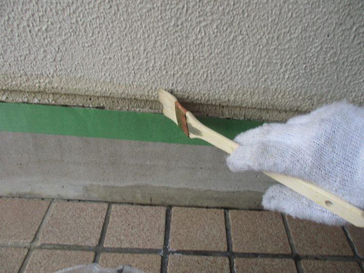 バリヤプライマー シーリング材に含まれる可塑剤のブリードによる塗膜の汚染を防ぎます。