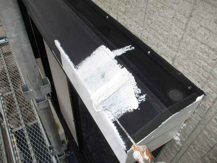下塗り アルミ製の為、密着を良くするプライマーを塗ります。