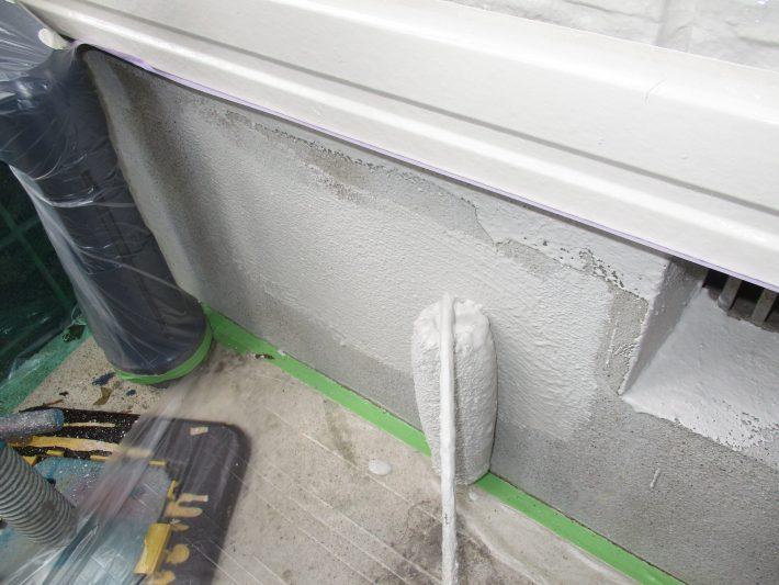 下塗り ひび割れに追従し、中性化を抑止する専用材料を塗ります。